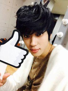 Teen Top twitter update 14/2/2015 ----------- 3시 50분 곧 있으면 MBC '쇼! 음악중심' 시간! 곧 #니엘 의 솔로 컴백 무대가 시작됩니다! 모두 본방사수! #못된여자
