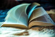 Se trata un arte adivinatorio que se sirve de los libros (tradicionalmente la Biblia) para predecir el futuro de una persona o situación venidera. Hoy en día esta práctica se realiza con libros com…