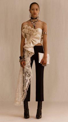 93fba2962f192 Alexander McQueen Resort 2019 London Collection - Love the asymmetry