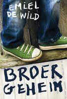 """Recensie van Veerle (★★★★☆) over """"Broergeheim"""" van Emiel de Wild   Joeri schrijft brieven aan zijn broer Stefan, die opeens uit zijn leven is verdwenen. Zijn ouders willen niet vertellen wat er is gebeurd, dus moet Joeri zelf de waarheid achterhalen. Verhaal geheel opgebouwd uit brieven.   http://www.ikvindlezenleuk.nl/2015/02/emiel-wild-broer-geheim/"""
