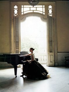LOVE!   My dream house has a room with high celings, huge windows, flowy sheer curtains and a grand piano.   *sigh*