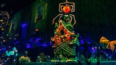 First Look: 2018 Haunted Mansion Holiday Gingerbread House at Disneyland Park Disneyland Halloween, Disneyland Resort, Disneyland Christmas, Halloween 2020, Nightmare Before Christmas Decorations, Disney Parks Blog, Look 2018, Disney Addict, Holiday Looks
