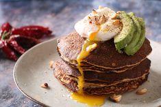 Små spicy pandekager med pocheret æg, avocado og ristede cashewnødder