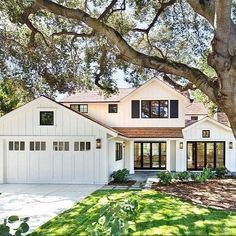 One of my favorite exterior whites is @benjaminmoore simply white, not sure what this one is, but looks very similar. Love it. ❤️❤️ Also just posted a new post up on Beckiowens.com. Have a great night. Image via @homebunch