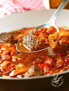 Spicy stew with peppers - Lo Spezzatino piccante ai peperoni è un piatto saporitissimo che, accompagnato a del riso in bianco, diventa un gustoso e completo piatto unico. #spezzatinoaipeperoni