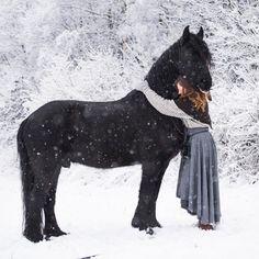 Søndagskos i dag  Black Beauty ⚔ Alle Rideskjørt i XL har kommet og noen i Large. De er helt nydelige  Resten er på vei❄️! #norsewoman #vikinghood #vikings #vikingstyle #vikinglife #vikinggrace #viking #horseequipment #horse #friesian #equestrianfashion #equestrian #equestrianlife #skjoldehamnhood #vikinghood #norway #norskkulturarv #norge #vadmel #ullskjørt