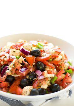 Ensalada griega vegana con queso tofu Feta. Una ensalada muy ligera, sana y nutritiva. Está riquísima y solo tiene 202 calorías por ración.