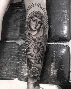 Tatuagem criada por Robinho Tattoo de Goiânia. Sagrado coração de Maria.