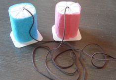 Los vasos de yogur son elementos muy útiles y prácticos para los niños. Son un material muy manipulable. Con ello podemos crear unos teléfonos. Con ello fomentaremos sus habilidades motrices así como la importancia del reciclaje.