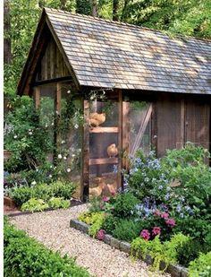 Hübsch anzusehn! Der Auslauf ist wahrscheinlich hinten und wird entsprechend zerwühlt sein. In diesen Teil des Gartens dürfen sie wahrscheinlich gar nicht rein....