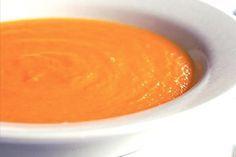 Creme de Cenoura com Gengibre e Mel  500g de cenoura    1 cebola picada em cubos (picadinha)    2 colheres (sopa) de azeite extra virgem    500ml de caldo de legumes ou de água    2 colheres  (sopa) de gengibre fresco ralado e espremido (utilizar apenas o suco)    1 colher (sopa) de mel    150ml de creme de leite fresco    Sal e pimenta do reino a gosto Veggie Recipes, Soup Recipes, Healthy Recipes, Comidas Lights, Chefs, Carrot Soup, Light Recipes, Food And Drink, Easy Meals