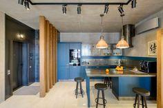 Különleges: 70m2-es lakás háromszög alakú alaprajzzal - legénylakás modern berendezéssel, nyitott, tágas terekkel Kitchen Dinning Room, Home Ceiling, Loft, House Design, Interior, Modern, Table, Inspiration, Furniture