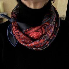 Elegant way to wear a small or medium square silk scarf around the neck. Une manière chic de porter un petit ou moyen carré de soie.