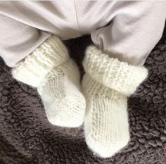 Les petits chaussons de bébé – Le Pavillon Créatif Tricot Baby, Baby Knitting, Gloves, Couture, Winter, Knitted Baby Booties, Sink Tops, Shoes, Knitted Slippers