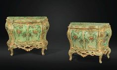 Paire de commodes en bois redoré et laqué polychrome à décor floral, travail vénitien du milieu du XVIIIe siècle