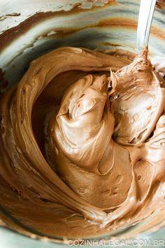 Essa ganache de chocolate com Nutella é muito versátil, rápido e fácil de fazer. Ela pode ser servida de colher, mas também é excelente para recheios e coberturas de bolos ou qualquer outra sobremesa que você queira. Fica bem aerada, leve, espumosa e com delicioso sabor da Nutella.