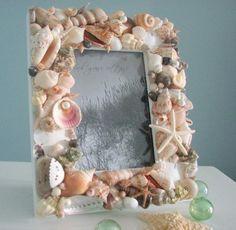 グルーガンでペタペタと貝殻をつけていきます。海の思い出がギュ〜っと詰まった額縁のできあがり♪