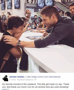 Jensen Ackles (Dean Winchester) tries to calm an elated fan during the signing in the Warner Bros. booth at Comic-Con Supernatural Series, Supernatural Quotes, Supernatural Fandom, Supernatural Bunker, Supernatural Convention, Sam E Dean Winchester, Winchester Brothers, Castiel, Fandoms