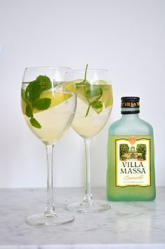 Frisse cocktail: Limonsecco - 30 ml limoncello - 60 ml prosecco - 30 ml spa rood Cocktail Limoncello, Large Wine Glass, Cocktail Shots, Cocktail Glass, Irish Cream, Healthy Summer Recipes, Party Food And Drinks, Easy Cocktails, Smoothie Drinks