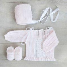 Conjunto primera postura con vainicas en hilo de seda rosa bebe - ALittleDress Knitted Baby Clothes, Baby Knits, Knitting Projects, Baby Knitting, Crochet, Children, Fabric, Babys, Fashion