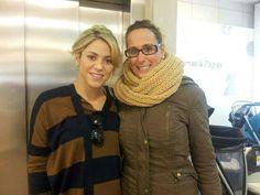 Shakira con una fan en una tienda de Barcelona, (07/NOV/2012)