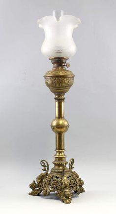 Große Messing-Petroleumlampe Historismus durchbrochen gearbeiteter Stand auf 3, mit Fabelwesen verz