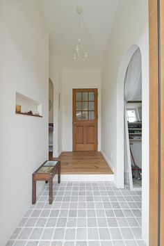 家族をあたたかく迎える、温もり溢れる玄関。#アイディールホーム#IdealHome#ウエストビルド# westbuild#家#建築#工務店#住宅#注文住宅#インテリア#自然素材#住まい#一戸建て#玄関#玄関ホール#シューズクローゼット#シューズクローク Japanese House, Wood Glass, Entrance Hall, Natural Interior, Tile Floor, New Homes, Home And Garden, Minimalist, Construction