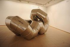 Escultura de acero inoxidable tubular de 80 cm de diámetro. Exposición Espacios creativos  la sala Provincia del Instituto leonés de Cultura (León, España, 2012).
