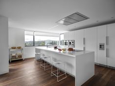 Santos Intra Kitchen in Matt White lacquer with 'Last Minute' stools by Patricia Urquiola for Viccarbe Kitchen Island Table, Modern Kitchen Island, Kitchen Tops, Rustic Kitchen, Kitchen Dining, Kitchen Decor, Kitchen Ideas, Beautiful Kitchens, Cool Kitchens