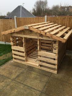 Pallet playhouse http://smallhousediy.com/category/building-a-playhouse/ #playhousediy