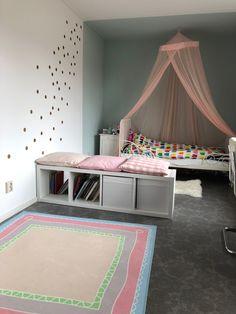 Een lange slaapkamer gezellig opgedeeld in zones. Door kleurgebruik is de 💤 zone afgekaderd. Kleur en indelingsadvies door STYLING22.