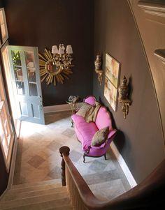 il divano fuxia con il colore delle pareti marroni ci sta benissimo!!!