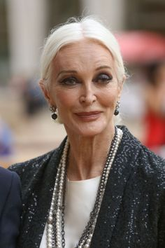 Carmen Dell'Orefice 83 years earings are on fleek Carmen Dell'orefice, Beautiful Old Woman, Beautiful Eyes, 50 Style, Older Models, Mature Fashion, Advanced Style, Ageless Beauty, Aging Gracefully