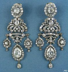 Princess Marina's Girandole Earrings. This earrings are estimated to have been made around in France. They consist of a detachable pear-shaped diamond pendant surrounded by old mine-cut diamonds with pendants on either side. Royal Tiaras, Tiaras And Crowns, Royal Jewelry, Fine Jewelry, Geek Jewelry, Jewellery Box, Jewelry Necklaces, Fashion Jewelry, Diamond Pendant