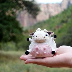 A miniature cow keychain complete with udders. 39 Adorable Gifts You'll Want To Cuddle With Right Now Kawaii Plush, Cute Plush, Cute Stuffed Animals, Cute Animals, Sock Animals, Awkward Animals, Miniature Cows, Cow Gifts, Plushie Patterns