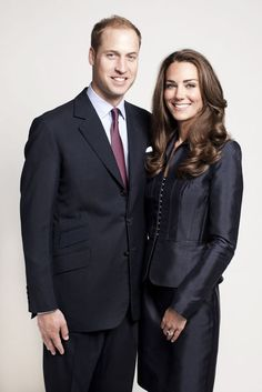Mai 2011: Farbliche Harmonie - das royale Paar, Prince William, Duke of Cambridge und Catherine, Duchess of Cambridge, posiert für ein offizielles Foto des St. Jame's Palace
