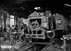 Réparation de la chaudière d'une locomotive. Paris, gare de l'Est, 1908. © Jacques Boyer / Roger-Viollet