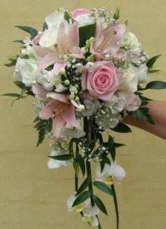Buket med roser, liljer, brudeslør mm. Elsker at der er mørkt grønt midt i buketten.