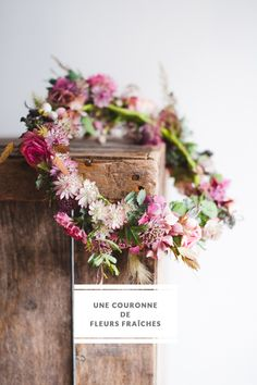 Marion Heurteboust - Do it yourself - Une couronne de fleurs fraiches =   DiY: A wreath of fresh flowers  http://www.lamarieeauxpiedsnus.com/do-it-yourself/diy-une-couronnes-de-fleurs-fraiches-bippity-mag-pascal-dele-marion-heurteboust