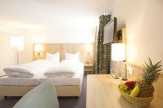 Zu neuen Hotelzimmern dank Furni RENT Finanzierung - wie im Hotel Schleuse in München Bed, Furniture, Home Decor, Tips, Bonito, Pictures, Hotel Bedrooms, Homemade Home Decor, Stream Bed