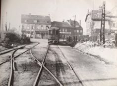 Zeldzame opname: Cluijsenaerstraat met op achtergrond café Cardinaals, tramrails richting remise