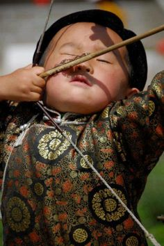 Criança com arco e flecha