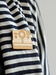 Sofortbildkamera Brosche aus Holz // Wooden polaroid camera brooch by nice design via DaWanda.com