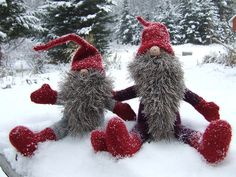 Two Gnomies by knitting iris, via Flickr || Yuletide Gnomes pattern by Alan Dart via Ravelry,