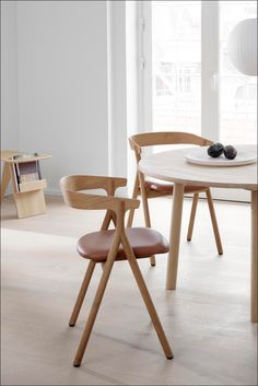 The structure of the Yksi Chair makes the chair surprisingly light – both visually and in terms of weight. Magazine Table, Dining Chairs, Dining Room, Wood Surface, Leather Furniture, Workspaces, Vegetable Tanned Leather, Painting On Wood, Your Space