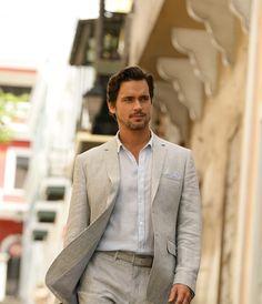 Estilo masculino para el verano Durante los días de calor hay prendas que son indispensables, no olvides incluir playeras blancas, jeans, un par de mocasines sin calcetines, una sudadera ligera y camisas de algodón.