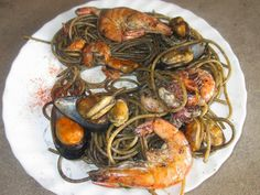 FORNELLI IN FIAMME: WHOLE SPAGHETTI WITH SQUID'S BLACK INK AND SEA FOOD - Spaghetti integrali al nero di seppia con molluschi e crostacei