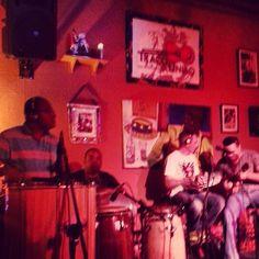 """Banda Traço de União """"mandando brasa"""" na sexta-feira de samba no Traço de União. 22 de março de 2013 (via @buubs_s)."""