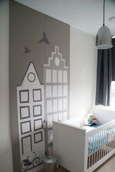 Behang huisjes grijs in de babykamer