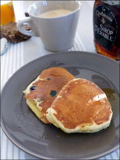 Ingrédients (Pour 12 à 15 Pancakes) : 1,5 cup de farine (soit 210gr) - 1 tablespoon de sucre (soit 15gr) - 1/2 teaspoon de sel (soit 2gr) - 2 + 3/4 de teaspoon de levure chimique (soit 13gr, un peu plus d'un paquet) - 1 gros oeuf à température ambiante - 1 + 1/4 de cup de lait à température ambiante (soit 300gt) - 40gr de beurre fondu + prevoir un peu de beurre fondu ou d'huile végétale pour la cuisson. En option : quelques myrtilles fraiches pour agrémenter les pancakes et du sirop d'erable…